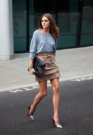 Cómo combinar: jersey con cuello circular gris, minifalda de cuero marrón, zapatos de tacón de cuero plateados, cartera sobre de cuero negra