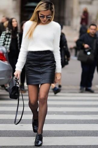 Cómo combinar: jersey con cuello circular de angora blanco, minifalda de cuero negra, zapatos oxford de cuero negros, bolso bandolera de cuero negro