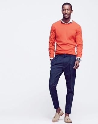 Considera emparejar un jersey con cuello circular naranja de Maison Margiela junto a un pantalón de vestir azul marino para un perfil clásico y refinado. Mocasín con borlas de ante beige son una opción muy buena para complementar tu atuendo.