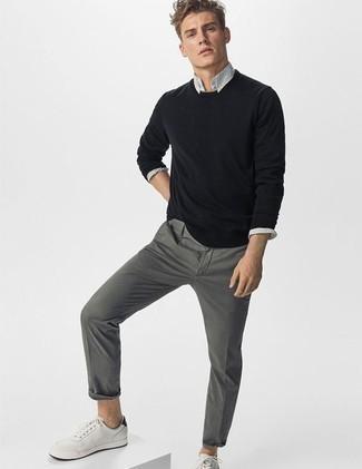 Cómo combinar un pantalón chino: Ponte un jersey con cuello circular negro y un pantalón chino para un look diario sin parecer demasiado arreglada. Para darle un toque relax a tu outfit utiliza tenis de cuero blancos.