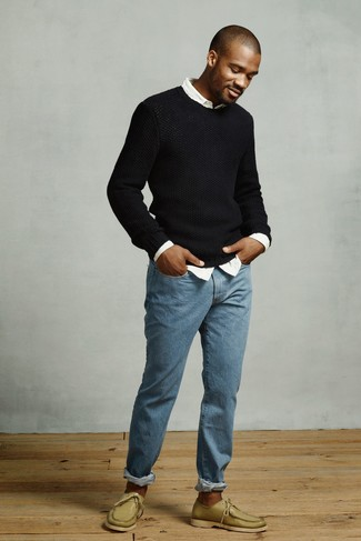 Cómo combinar: jersey con cuello circular negro, camisa de manga larga blanca, vaqueros azules, náuticos de cuero verde oliva