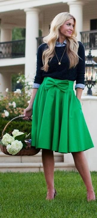 Cómo combinar: jersey con cuello circular negro, camisa de vestir gris, falda midi plisada verde, colgante dorado