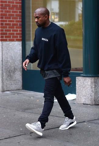 Cómo combinar: jersey con cuello circular negro, camiseta con cuello circular en gris oscuro, vaqueros negros, deportivas grises