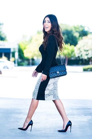 Look de moda: Jersey con Cuello Circular Negro, Falda Lápiz Estampada en Blanco y Negro, Zapatos de Tacón de Cuero Negros, Bolso Bandolera de Cuero Acolchado Negro