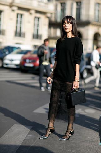 Cómo combinar: jersey con cuello circular negro, falda midi de encaje negra, zapatos de tacón de cuero plateados, cartera de cuero negra