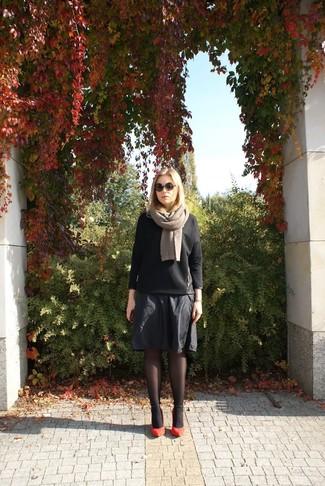 Cómo combinar: jersey con cuello circular acolchado negro, falda midi plisada negra, zapatos de tacón de ante rojos, bufanda en beige