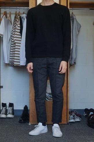 Cómo combinar unas zapatillas: Empareja un jersey con cuello circular negro junto a un pantalón chino de lana en gris oscuro para un look diario sin parecer demasiado arreglada. Si no quieres vestir totalmente formal, complementa tu atuendo con zapatillas.
