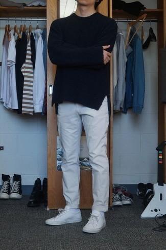 Cómo combinar unas zapatillas: Intenta combinar un jersey con cuello circular negro con un pantalón chino gris para una apariencia fácil de vestir para todos los días. Haz este look más informal con zapatillas.