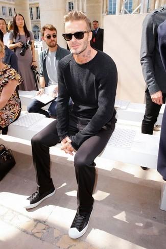 Look de David Beckham: Jersey con Cuello Circular Negro, Pantalón Chino Negro, Tenis en Negro y Blanco