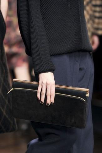 Cómo combinar: jersey con cuello circular negro, pantalón de vestir azul marino, cartera sobre de cuero negra
