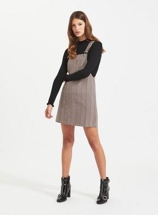 Cómo combinar: jersey con cuello circular negro, pichi de tartán gris, botines de cuero negros