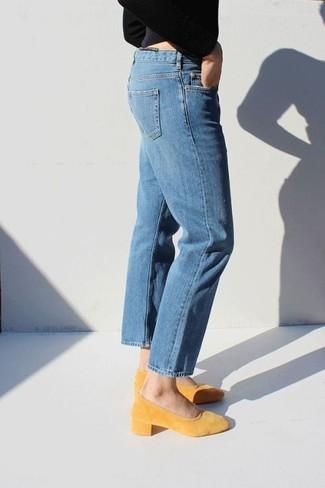 Un jersey con cuello circular negro y unos vaqueros azules son prendas que debes tener en tu armario. Zapatos de tacón de ante amarillos dan un toque chic al instante incluso al look más informal.