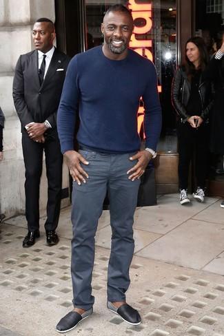 Look de Idris Elba: Jersey con Cuello Circular Azul Marino, Pantalón Chino Gris, Alpargatas de Cuero Negras, Correa de Cuero Negra