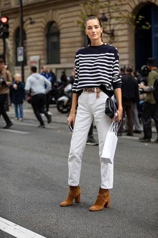 Cómo combinar: jersey con cuello circular de rayas horizontales en negro y blanco, pantalón chino blanco, botines de ante en tabaco, bolso bandolera de cuero negro