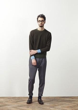 Cómo combinar un pantalón chino en gris oscuro: Ponte un jersey con cuello circular verde oscuro y un pantalón chino en gris oscuro para una apariencia fácil de vestir para todos los días. ¿Te sientes valiente? Opta por un par de mocasín de cuero negro.