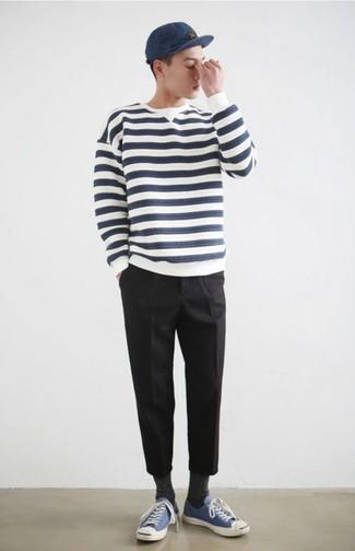 Cómo combinar: jersey con cuello circular de rayas horizontales en blanco y azul marino, pantalón chino negro, tenis de lona azules, gorra de béisbol azul marino