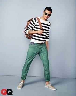Cómo combinar: jersey con cuello circular de rayas horizontales en blanco y negro, pantalón chino en verde menta, tenis de lona en beige, mochila de cuero marrón