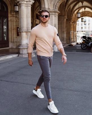 Cómo combinar: jersey con cuello circular en beige, pantalón chino de rayas verticales gris, tenis de cuero en blanco y negro, gafas de sol negras