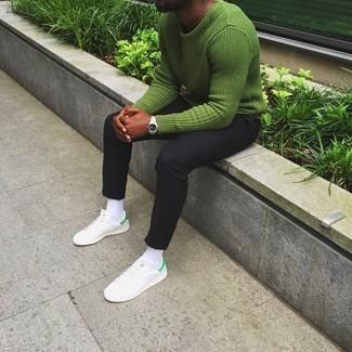 Cómo combinar un jersey con cuello circular verde: Utiliza un jersey con cuello circular verde y un pantalón chino negro para conseguir una apariencia relajada pero elegante. Tenis de cuero blancos añaden un toque de personalidad al look.
