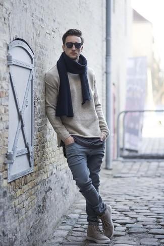 Cómo combinar: jersey con cuello circular en beige, pantalón chino gris, zapatillas altas grises, bufanda azul marino