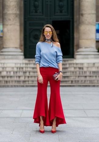 Cómo combinar: jersey con cuello circular celeste, pantalón de campana rojo, zapatos de tacón de cuero rojos, cartera sobre en blanco y rojo y azul marino