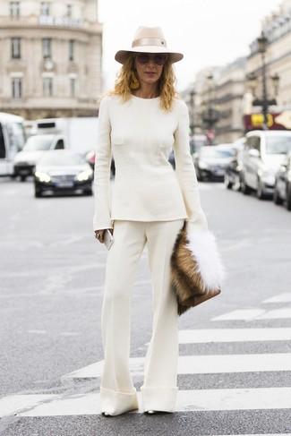 Cómo combinar: jersey con cuello circular blanco, pantalón de campana blanco, zapatos de tacón de cuero plateados, cartera sobre de cuero marrón