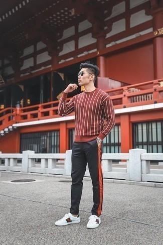 Cómo combinar un pantalón de chándal negro: Usa un jersey con cuello circular rojo y un pantalón de chándal negro para una apariencia fácil de vestir para todos los días. Tenis de cuero estampados blancos son una opción práctica para complementar tu atuendo.