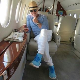 Cómo combinar: jersey con cuello circular celeste, pantalón de chándal blanco, zapatillas altas de ante en turquesa, sombrero de paja marrón claro