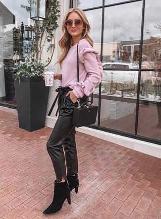 Cómo combinar: jersey con cuello circular rosado, pantalón de pinzas de cuero negro, botines chelsea de ante negros, bolso bandolera de cuero negro