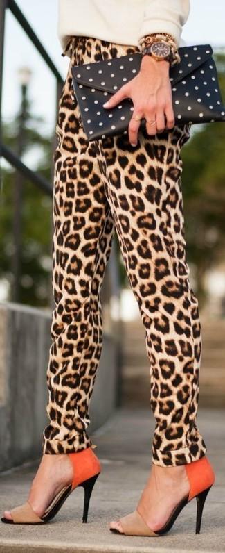 Cómo combinar: jersey con cuello circular en beige, pantalón de pinzas de leopardo marrón claro, sandalias de tacón de ante marrón claro, cartera sobre a lunares en negro y blanco
