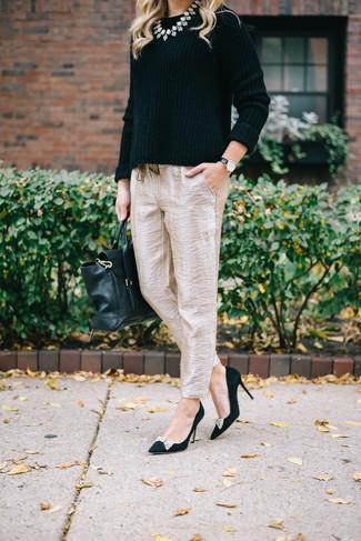Cómo combinar: jersey con cuello circular negro, pantalón de pinzas de seda en beige, zapatos de tacón de ante con adornos negros, bolso de hombre de cuero negro