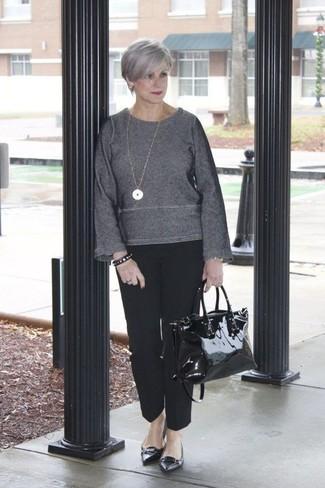 Cómo combinar: jersey con cuello circular en gris oscuro, pantalón de vestir negro, bailarinas de cuero negras, bolsa tote de cuero negra