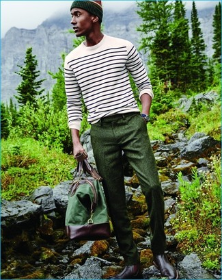 Cómo combinar: jersey con cuello circular de rayas horizontales blanco, pantalón de vestir de lana verde oscuro, botines chelsea de cuero burdeos, bolsa de viaje de lona verde
