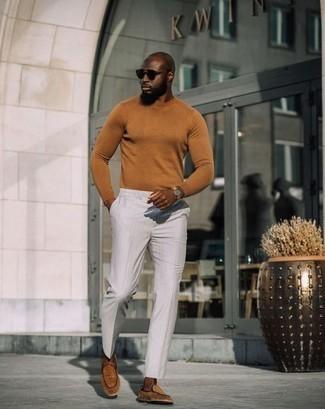 Cómo combinar un mocasín de ante en tabaco: Empareja un jersey con cuello circular en tabaco junto a un pantalón de vestir de rayas verticales blanco para lograr un look de vestir pero no muy formal. ¿Te sientes valiente? Opta por un par de mocasín de ante en tabaco.