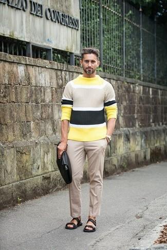 Cómo combinar: jersey con cuello circular de rayas horizontales amarillo, pantalón de vestir en beige, sandalias de cuero negras, bolso con cremallera de cuero negro