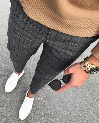 Cómo combinar: jersey con cuello circular marrón claro, pantalón de vestir de tartán en gris oscuro, tenis de cuero blancos, gafas de sol negras
