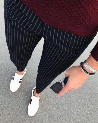 Cómo combinar: jersey con cuello circular burdeos, pantalón de vestir de rayas verticales negro, tenis de cuero blancos, gafas de sol negras