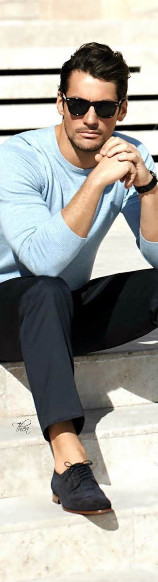 Cómo combinar: jersey con cuello circular celeste, pantalón de vestir negro, zapatos derby de ante negros, gafas de sol negras