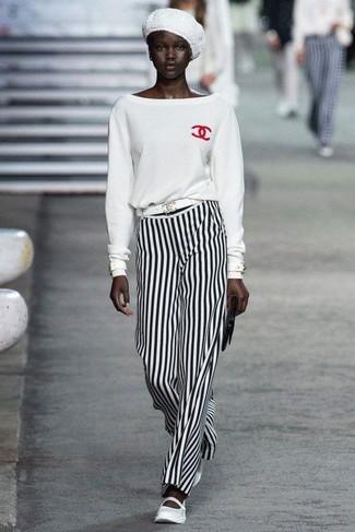 Look de moda: Jersey con cuello circular blanco, Pantalones anchos de rayas verticales en blanco y negro, Bailarinas de cuero blancas, Cartera sobre de cuero negra
