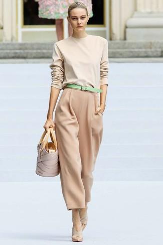 Cómo combinar: jersey con cuello circular en beige, pantalones anchos marrón claro, zapatos de tacón de cuero en beige, bolsa tote de cuero en beige