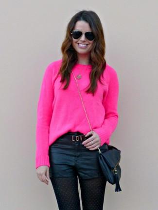 Cómo combinar: jersey con cuello circular rosa, pantalones cortos de cuero negros, bolso bandolera de cuero negro, gafas de sol negras