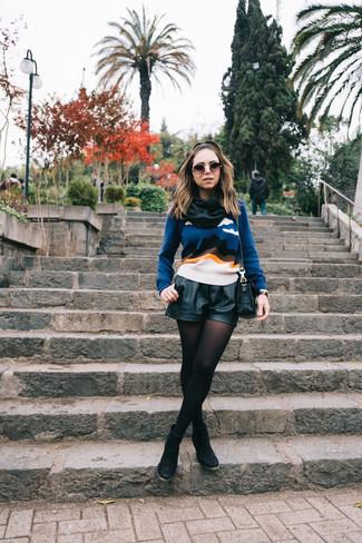 Cómo combinar: jersey con cuello circular estampado azul, pantalones cortos de cuero negros, botines de ante negros, bolso bandolera de cuero negro