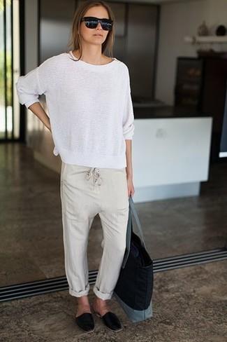 Cómo combinar: jersey con cuello circular blanco, pantalones de pijama en beige, mocasín de cuero negros, bolsa tote de lona negra