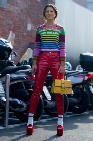 Cómo combinar un bolso de hombre de cuero amarillo: Mantén tu atuendo relajado con un jersey con cuello circular de rayas horizontales en multicolor y un bolso de hombre de cuero amarillo. Sandalias de tacón de ante rojas son una opción práctica para complementar tu atuendo.