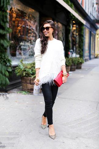 Cómo combinar: jersey con cuello circular de plumas blanco, pantalones pitillo de cuero negros, zapatos de tacón de cuero de leopardo en beige, cartera sobre de cuero roja