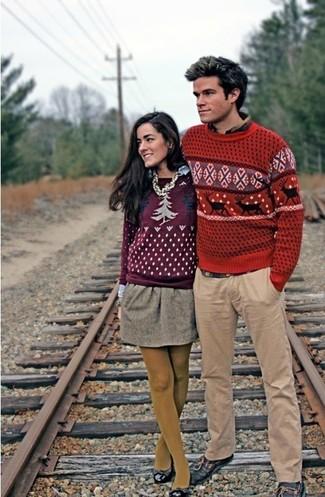 Cómo combinar: jersey con cuello circular de grecas alpinos rojo, camisa de manga larga en multicolor, pantalón chino marrón claro, náuticos de cuero negros