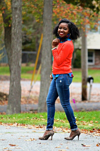 Look de moda: Jersey con cuello circular rojo, Camisa de vestir de tartán azul, Vaqueros azules, Zapatos de tacón de ante de leopardo marrón claro