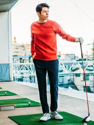 La versatilidad de un jersey con cuello circular rojo y un pantalón chino azul marino los hace prendas en las que vale la pena invertir. Para darle un toque relax a tu outfit utiliza deportivas blancas.