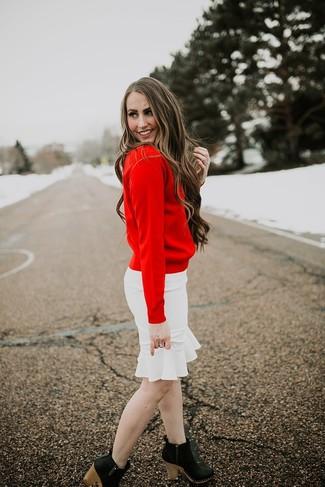Cómo combinar: jersey con cuello circular rojo, falda lápiz con volante blanca, botines de cuero negros