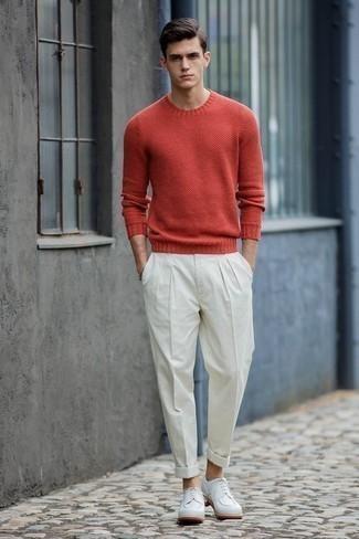 Cómo combinar unos zapatos derby de cuero blancos: Algo tan simple como optar por un jersey con cuello circular rojo y un pantalón de vestir blanco puede distinguirte de la multitud. Zapatos derby de cuero blancos son una opción atractiva para completar este atuendo.
